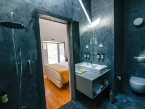 A bathroom at Morgadio da Calcada