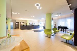 The lobby or reception area at Novina Hotel Wöhrdersee Nürnberg City