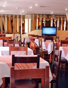 A restaurant or other place to eat at Hotel Manduara
