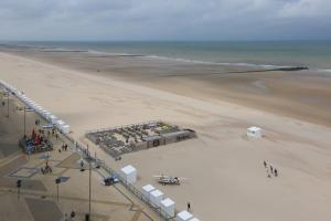 Een luchtfoto van Hotel De Zeebries