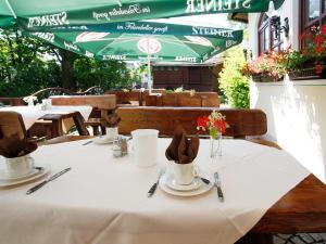 Ein Restaurant oder anderes Speiselokal in der Unterkunft Hotel Garni zum Gockl