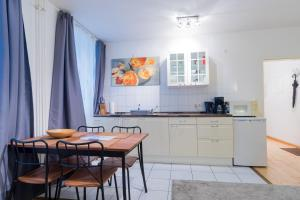 A kitchen or kitchenette at B! Apartments