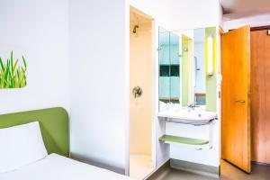 A bathroom at ibis budget Southampton Centre