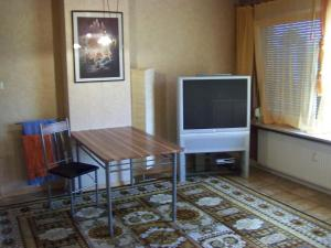 A television and/or entertainment center at Monteurszimmer Noack