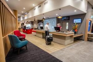 The lobby or reception area at Ibis Mackay