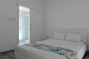 A bed or beds in a room at Villa Kalypso