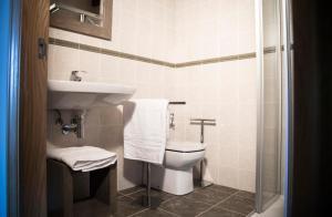 A bathroom at Hotel Mariñerune