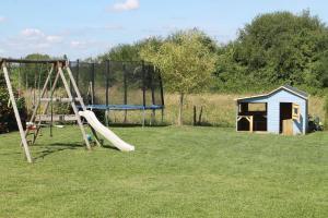 Aire de jeux pour enfants de l'établissement Le Champ De La Ferme