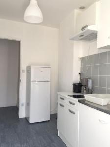 A kitchen or kitchenette at Appartement Le Saint-Charles