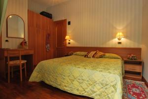A bed or beds in a room at Hotel Ambrosi