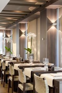 A restaurant or other place to eat at Holidaysuite Mathilda