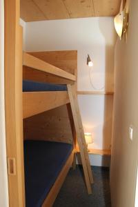 Letto o letti a castello in una camera di Alpina Residence