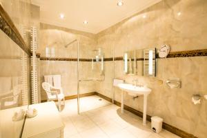 A bathroom at Château de Bellefontaine