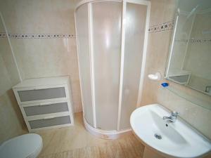 A bathroom at Holiday Home Rio Mar 6
