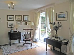 A seating area at Holiday Home Graces Mews