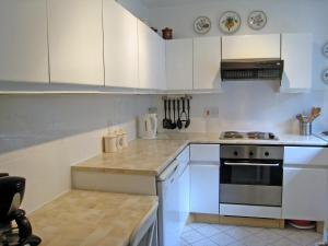 A kitchen or kitchenette at Holiday Home Graces Mews