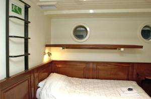 A bed or beds in a room at Boat Barkentijn Marjorie
