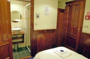 A bathroom at Boat Barkentijn Marjorie