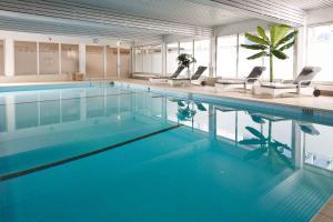 The swimming pool at or near Leonardo Hotel Wolfsburg City Center