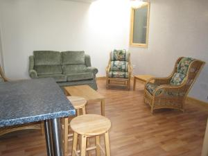 The lounge or bar area at Apartment Sandringham-3