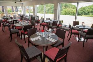 A restaurant or other place to eat at Ramada Milton Keynes