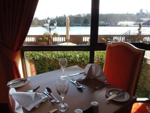 A restaurant or other place to eat at Lakeside International Hotel