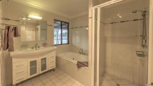 A bathroom at Sommerville Valley Tourist Park & Resort