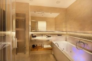 A bathroom at City Residence Apartment Hotel