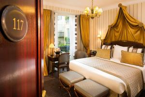 A bed or beds in a room at Hôtel Napoleon Paris