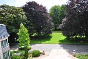 A garden outside Parkhotel Bochum by stays