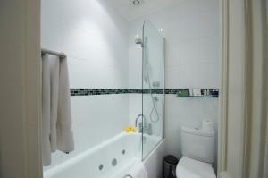 A bathroom at Chateau La Chaire
