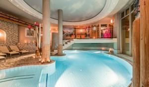 Het zwembad bij of vlak bij eva,VILLAGE
