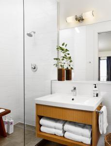 A bathroom at Heywood Hotel