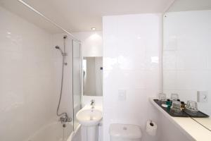 A bathroom at Leonardo Inn Glasgow West End