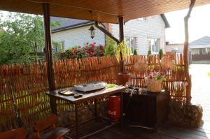 A restaurant or other place to eat at Agrousadba Kamenetskoye Zatishye