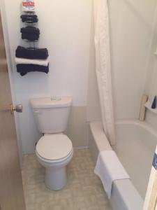 A bathroom at Gravelbourg Inn