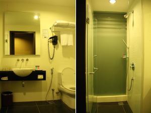 A bathroom at Grand Borneo Hotel