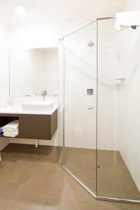 A bathroom at Posthouse Motor Lodge