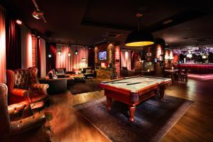 A pool table at Penta Hotel Ipswich