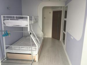 Двухъярусная кровать или двухъярусные кровати в номере Апартаменты на Большом Ахуне