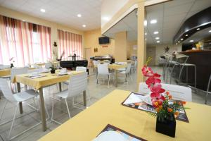 A restaurant or other place to eat at Central Hotel Cayenne
