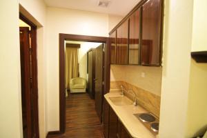 A cozinha ou cozinha compacta de AL Aknan Apartments (Families Only)