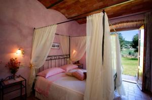 A bed or beds in a room at Agriturismo D' Epoca La Marianella