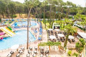 Вид на бассейн в AluaSun Marbella Park или окрестностях