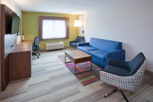 A seating area at Holiday Inn Express Roseville-St. Paul, an IHG Hotel