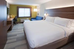 A bed or beds in a room at Holiday Inn Express Roseville-St. Paul, an IHG Hotel