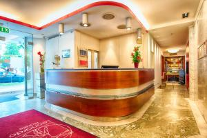 The lobby or reception area at Leonardo Hotel Muenchen City West
