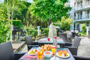 A restaurant or other place to eat at Leonardo Hotel Muenchen City West
