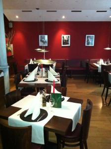 A restaurant or other place to eat at Wiesentäler Hof Hotel garni