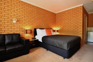 A bed or beds in a room at Avondel Motor Inn